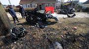 Samochód rozbił się na drzewie. Zginął młody mężczyzna