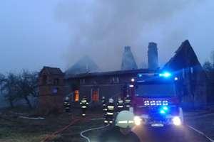 Płonący dach wpadł do wnętrza budynku