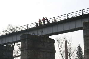34-latek zmarł po samobójczym skoku z mostu kolejowego do Łyny