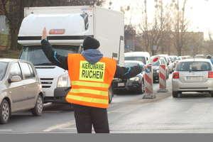 Pracownik drogowy potrącony podczas kierowania ruchem