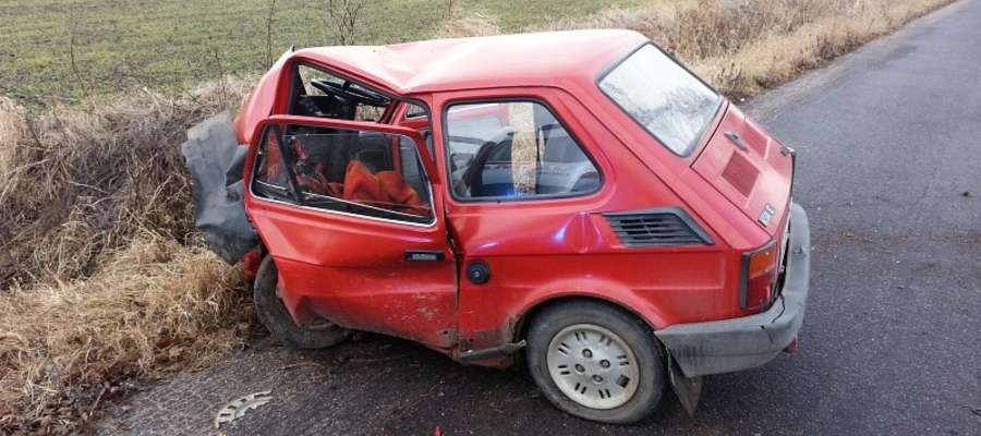 """""""Maluch"""" uderzył w drzewo na trasie Linkowo - Kotkowo."""