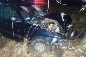 Fordem uderzył w drzewo. Świadkowie pomogli kierowcy