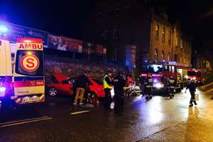 Audi przejechało przez skrzyżowanie i uderzyło w mur