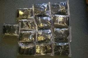 900 saszetek z suszem i proszkiem w jednej z firm pocztowych