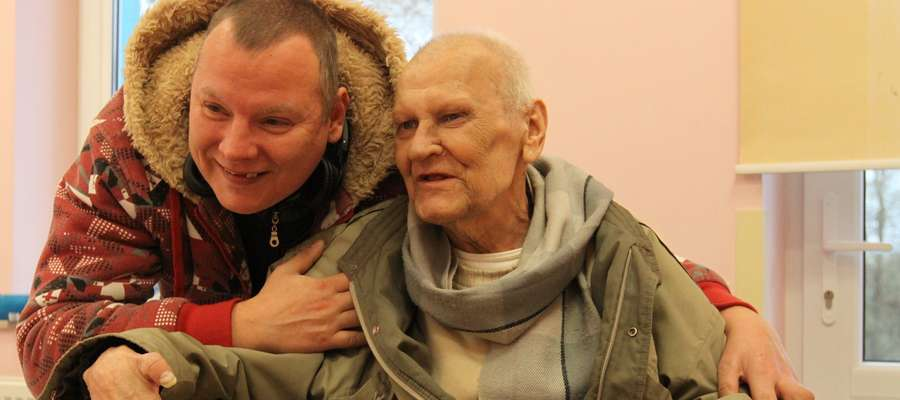 Pan Zygmunt z synem Janem podczas odwiedzin w hospicjum