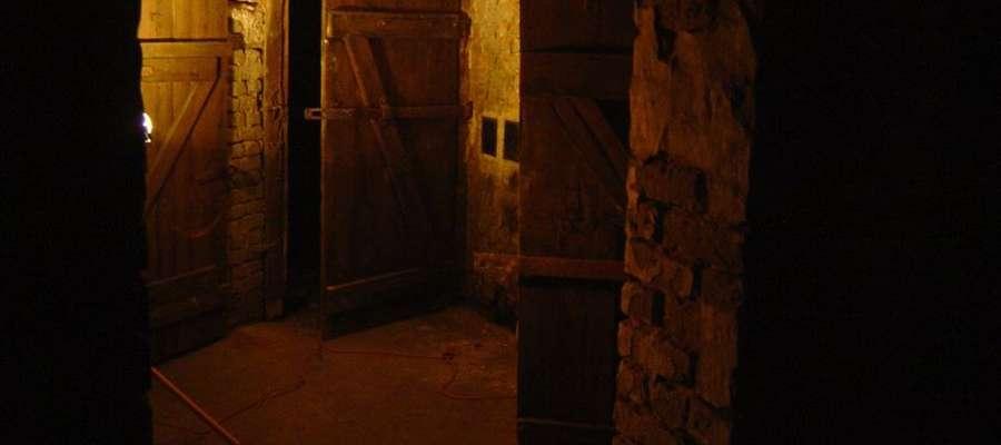 W pomieszczeniach piwnicznych w Prostkach znaleziono zapiski więźniów