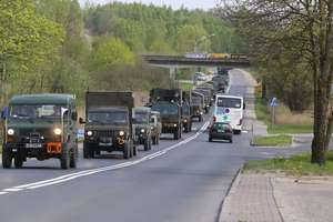 Konwój kilkudziesięciu ciężarówek wojskowych przejechał przez Olsztyn