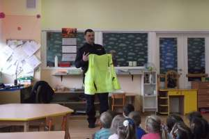 Zastępca komendanta policji z wizytą w przedszkolu