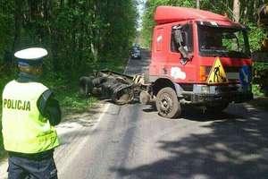 Ciężarówka omal nie zderzyła się z autobusem pod Bartągiem. Maszyna budowlana wpadła do rowu