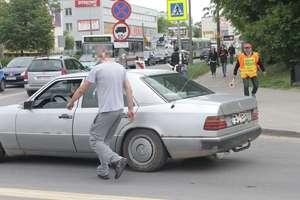 Drogowa furia w Olsztynie. Kierowca wyskoczył z auta na kierującego ruchem
