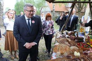 Prezydent Bronisław Komorowski przywitany mniszkiem lekarskim w Olsztynku