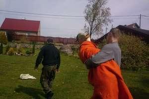 Urzędnicy wspólnie za strażakami uratowali łabędzia
