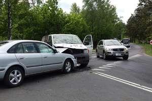 Czołowe zderzenie busa i mazdy na DK 15
