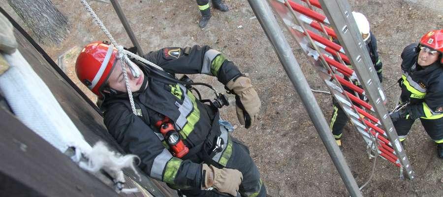 Strażacy ćwiczą szybką i skuteczną pomoc kolegom po fachu