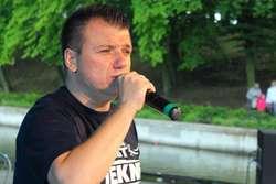 """Tomasz Owczarek w czasie koncertu """"Dobra Nowina w mieście"""""""