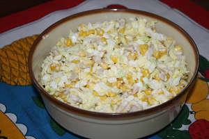 Sałatka z kapusty pekińskiej z kukurydzą i pieczarkami