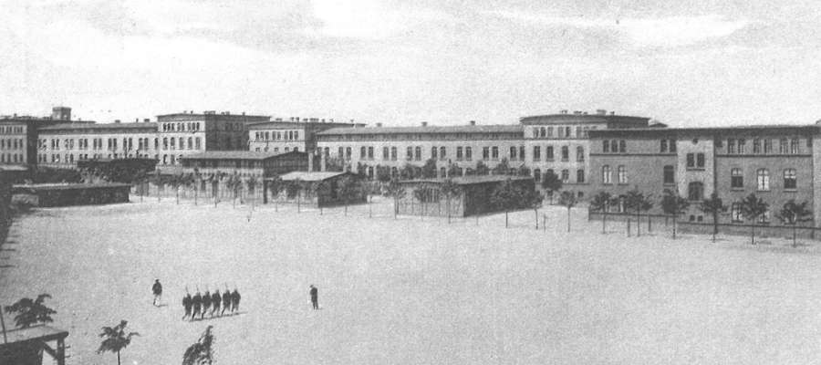 Garnizon iławski miał ponad trzy tysiące żołnierzy rozlokowanych po 1916 roku w trzech koszarach. Tu akurat koszary Hindenburga, gdzie mieszczą się teraz Iławskie Zakłady Naprawy Samochodów