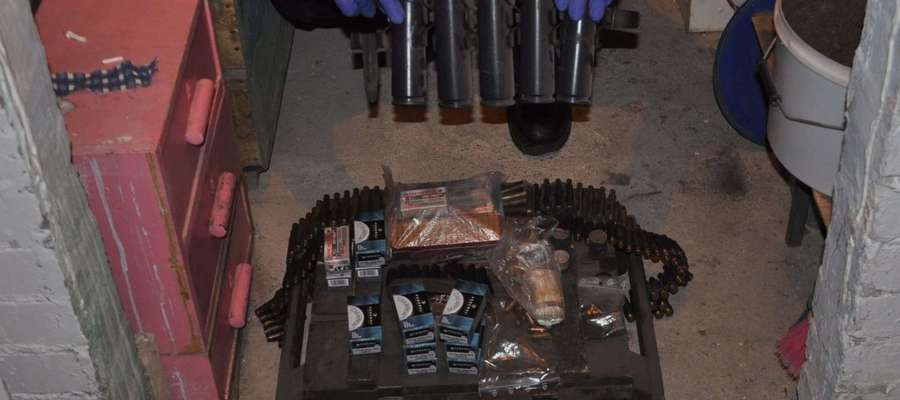 Kilkadziesiąt kilogramów substancji chemicznych, ponad 2 kg gotowego materiału wybuchowego i środków pirotechnicznych oraz broń palną znaleziono w maju w mieszkaniach zawodowego żołnierza z Olsztyna