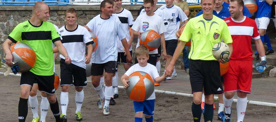 W 2014 roku wychowankowie Jezioraka pomogli bliźniakom z Iławy: Kindze i Norbertowi Nawrockim, na leczenie których zebrano ok. 2 500 zł. Tu wyjście na mecz
