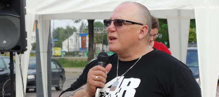 Piotr Stępniak podczas spotkania ulicznego z mieszkańcami Elbląga 12 czerwca .