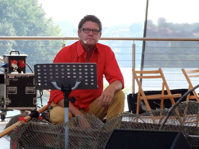 Wojciech Malajkat jest twarzą i jednym z uczestników Projektu Arboretum. Tu na scenie mrągowskiego amfiteatru podczas koncertu w 2014 roku - full image