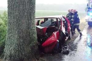 Golf uderzył w drzewo, kierowca w szpitalu