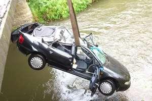 Audi dachowało i wpadło do rzeki, dwie osoby ranne