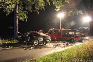 Alfa romeo uderzyła w drzewo. Cztery osoby w szpitalu