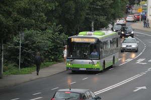 Dlaczego jest mniej autobusów, które jeżdżą do centrum?
