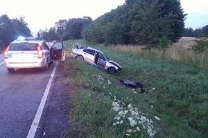 Tragiczny wypadek na DK16. Bmw wypadło z trasy, jedna osoba nie żyje