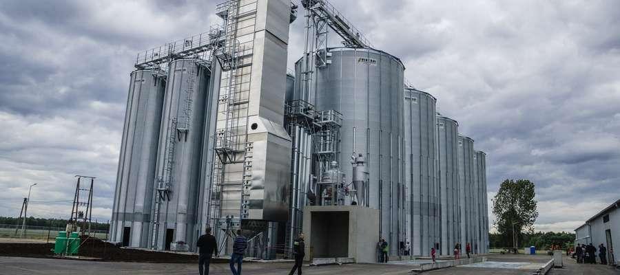 """Na terenie byłego gospodarstwa rolnego i kombinatu """"Mazury"""" nowy inwestor zbudował 10 ogromnych i nowoczesnych silosów, magazyn oraz laboratorium"""