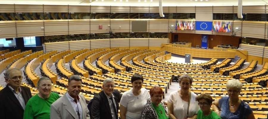 Grupa nowomiejskiego UTW w sali plenarnej Europarlamentu