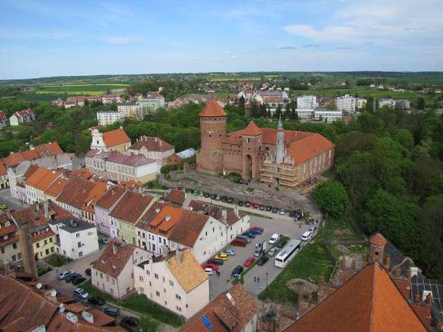 Widok na reszelski zamek i część miasta z wieży kościoła św. św. Piotra i Pawła