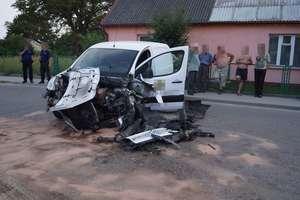 Dwa osobowe auta zderzyły się czołowo