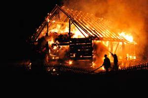 Pożar stodoły w Jeziorowskich. Do akcji ruszyło sześć zastępów straży