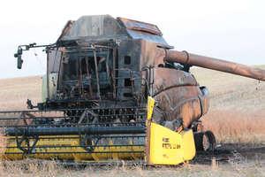 Kombajn zbożowy spłonął doszczętnie podczas koszenia rzepaku