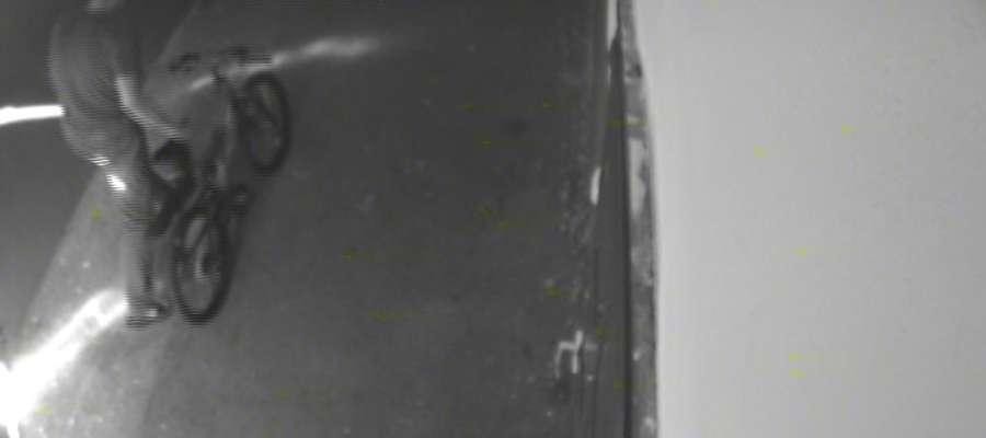 Kamera to wychwyciła: sprawca wyprowadza rower