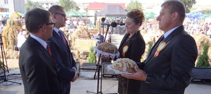 Przekazanie chlebów dożynkowych przez parę starostów na ręce gospodarzy powiatu i gminy