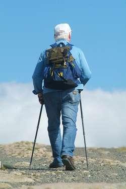 """Nordic walking, czyli """"chodzenie z kijkami"""" jest coraz bardziej popularnym sportem wśród seniorów"""