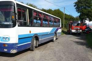 Samochód uderzył w autobus z dziećmi