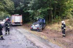 Audi wypadło z drogi i dachowało