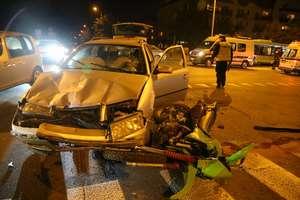 Skoda zderzyła się z motocyklem na Wilczyńskiego. Trzy osoby w szpitalu