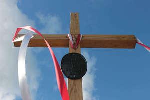 Nowy przydrożny krzyż z zabytkową tablicą