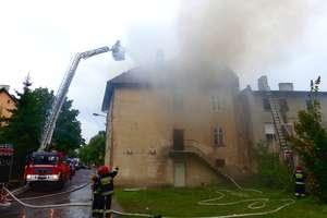 Płonie pustostan przy ul. Traugutta w Mrągowie