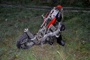 Czołowe zderzenie motorowerzystów. Jeden był pijany, drugi bez uprawnień