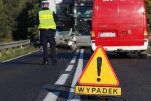 Zderzenie dwóch ciężarówek na DK 59. Jedna osoba ranna