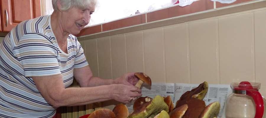 Weronika Bortkiewicz prezentuje piękne grzyby, które w piątkowy poranek znalazł jej mąż, Bronisław