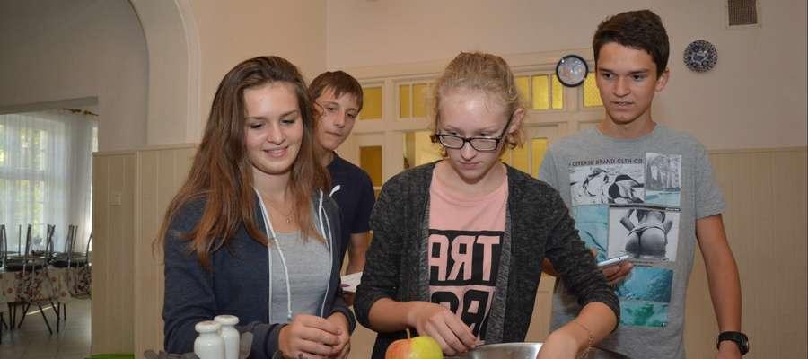 Drużyna Gimnazjum nr 1 w Olecku odważa 50 łutów jabłek