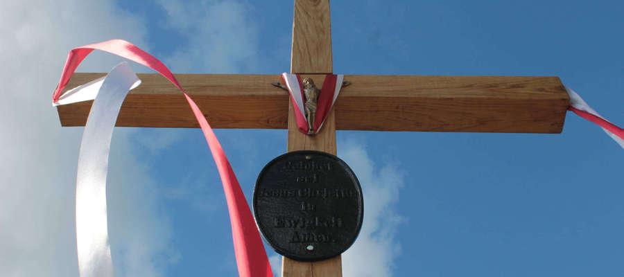 Tak wygląda nowy, przydroży krzyż z umieszczoną na nim tablicą znalezioną w maju 2014 r. Zdjęcie z 21 września 2015 r.