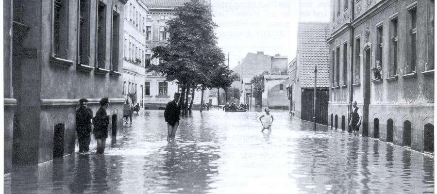 Ulica Związku Jaszczurczego podczas powodzi Kumieli w sierpniu 1924 roku